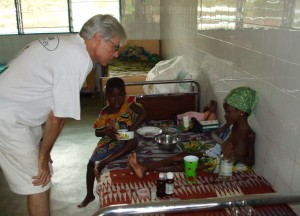 Père Bernard à l'écoute de ces petits patients - Centre de Davougon au BENIN - Novembre 2011