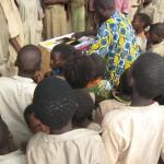 On est curieux de voir ce que contient ces cartons - Centre de Davougon au BENIN - Septembre 2010