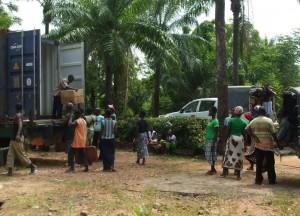 A peine arrivée la répartition par centre commence - Porto Novo au BENIN - Juillet 2012