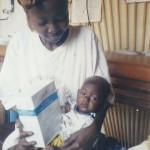 Arrivé au centre à 3 mois, le bébé pesait 2,6 k Sur la photo 3 mois plus tard il pèse 5,2 k.La maman atteinte du Sida vous dit MERCI - Centre de Ndelele au CAMEROUN