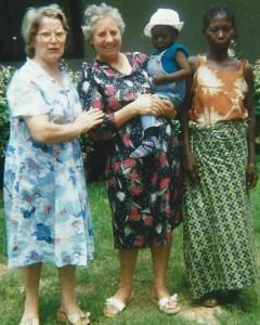 De gauche à droite Renata, Amneris tenant Fabio aujourd'hui grand et fort, sa tante. La maman est décédée - Centre de Sa'a