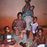 Des jumeaux cherchant du lait dans les seins vides de leur Grand-mère - Dispensaire d'Abomey au BENIN - Janvier 1998