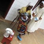 La Soeur explique à la maman de Valérie comment préparer les biberons en les stérilisant - Centre de Ndelele au CAMEROUN