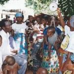 Madame Victoire effectuant la pesée des enfants dans le village de Fontpame au BENIN