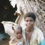 Maman séropositive et bébé 13 mois devant leur maison - Centre de Ndelele au CAMEROUN