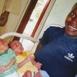 Nos bébés jumeaux prématurés et leur maman 14 ans Séropositive. Grâce au lait S.O.S. BOîTES DE LAIT is ont déja doublé leur poids - Centre de Ndelele au CAMEROUN