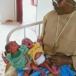 Soeur Nicole et des bébés jumeaux prématurés à 2 jours. A la naissance la fille pesait 1,3 k et le garcon 1,7 k - Centre de Ndelele au CAMEROUN