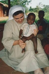 Soeur Theodora et bébé orphelin - Centre de Ndelele au CAMEROUN
