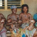 Un groupe de mamans et leurs bébés qui profitent de l'aide de S.O.S. BOîTES DE LAIT