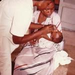 Une de nos infirmière nourissant à la cuillere un bébé pesant 1,8 K à 8 mois - Centre de Monori aux COMORES