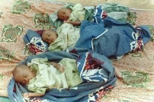 Une sieste bien méritée pour nos triplés après le biberon salutaire au centre de Banikoara au BENIN