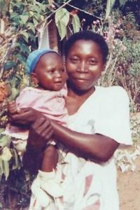 La petite Claire avec sa maman - Centre de Bandoro en CENTRAFRIQUE - Juillet 2004