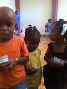 Distribution de complémént nutritif - Ecole de Sophie Haïti Décembre 2013