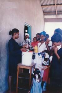 Distribution de lait enrichi au centre Saint Joseph - Les Gonaïves Haiti Juin 2001