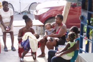 Journée de consultation, on en profite pour discuter - Horizon de l'Espoir Haiti Juillet 2010