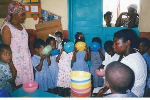 Le groupe des 3 à 6 ans buvant votre bon lait au centre Saint Joseph - Les Gonaïves Haiti Juin 2001