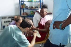 Le médecin consulte les tout petits - Horizon de l'Espoir Haiti Juillet 2010
