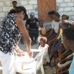 Les colis sont arrivés, tout le monde est curieux de voir se qu'ils contiennent - Horizon de l'Espoir Haiti Mai 2010