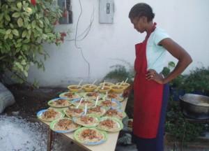 On prépare les repas pour les plus grands - Horizon de l'Espoir Haiti Janvier 2010