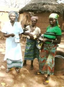 Téroda (4 km de Pagouda) Maman Bernadette avec la maman et la Grand-mère de Essohana