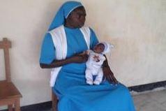 La Directrice du Centre Soeur Myriam avec la dernière arrivée, Hapsatou 6 mois, orpheline de mère