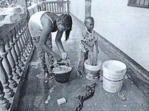 Angélica prend les tâches ménagères pour un jeu - Ngaoundéré Nov 2015 - CAMEROUN